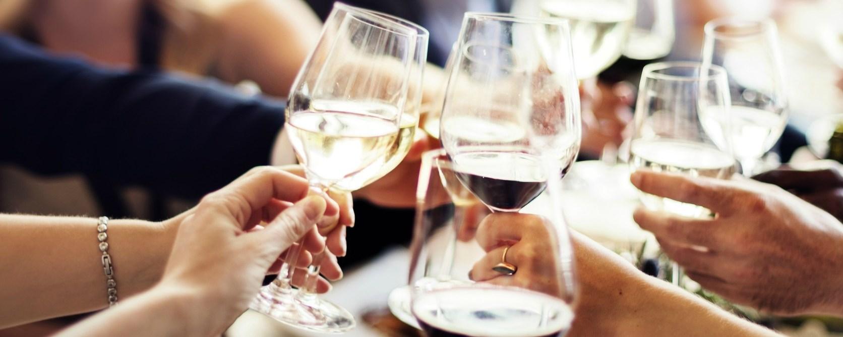 Hogyan kell borospohárral koccintani